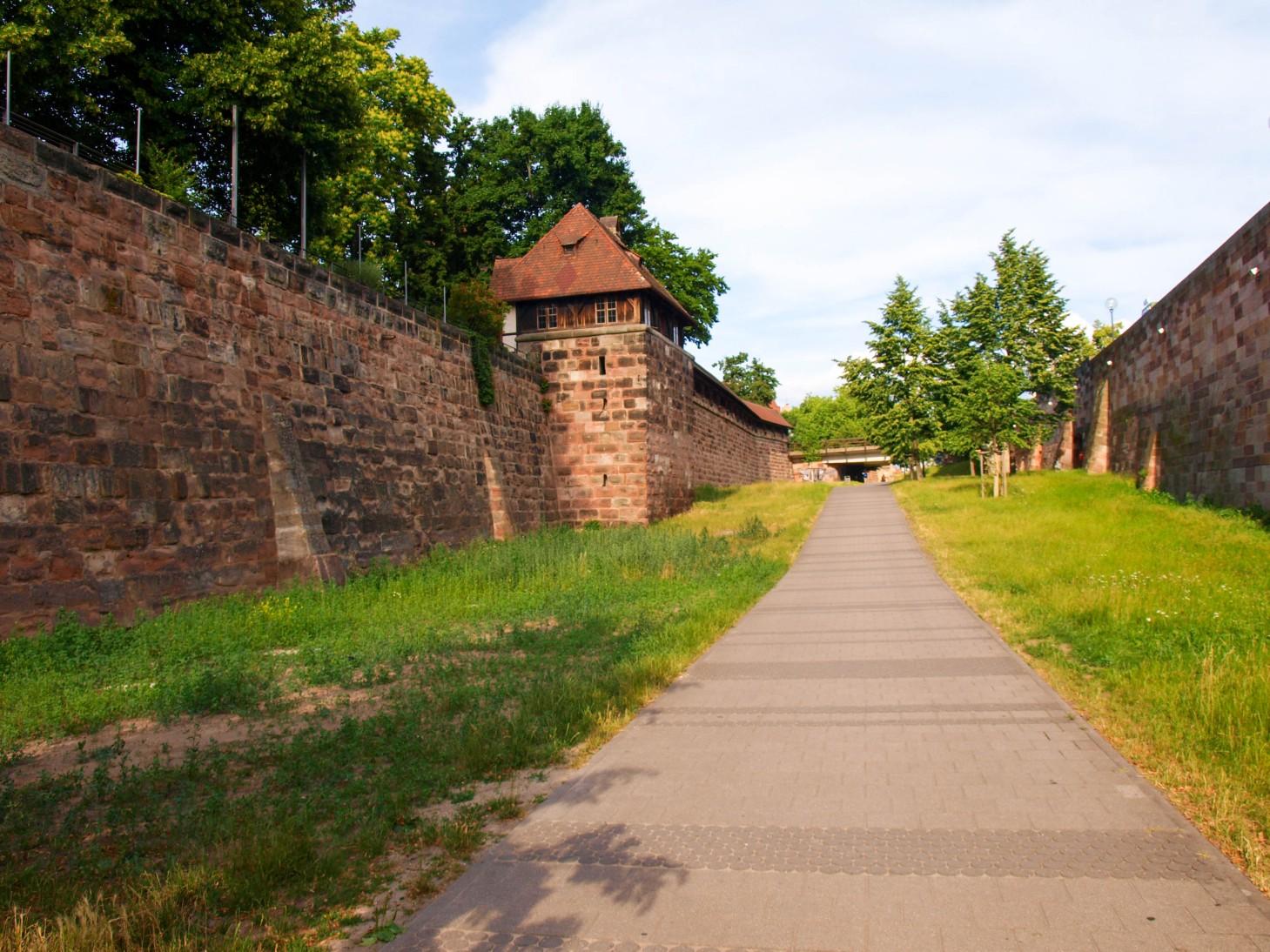 Norymberga wita mnie murami, a przy nich dziesiątki kloszardów