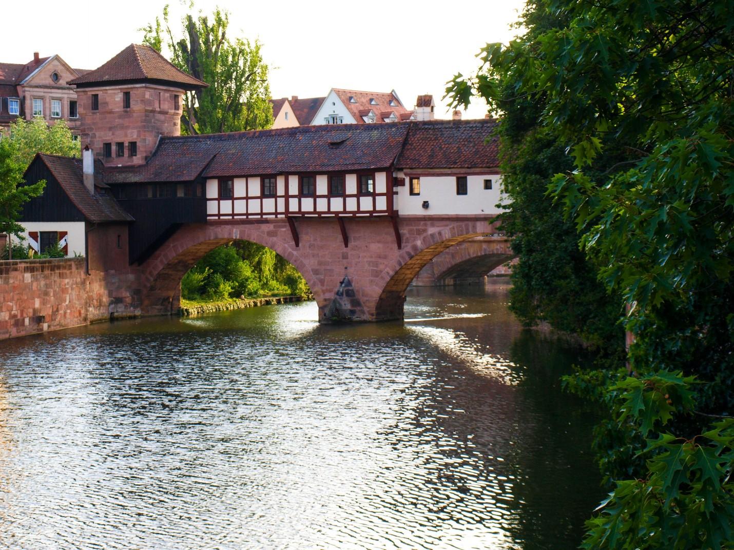 Przechodzę nad malowniczą rzeką. Stopy zaczynają być zmęczone, ale zamek coraz bliżej.