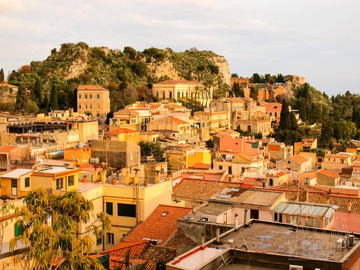 Taormina i jej największe atrakcje. Widok z tarasu hostelu Taormina