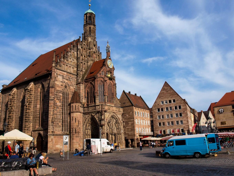 Idąc na zamek mija się ciekawsze lub mniej kościoły