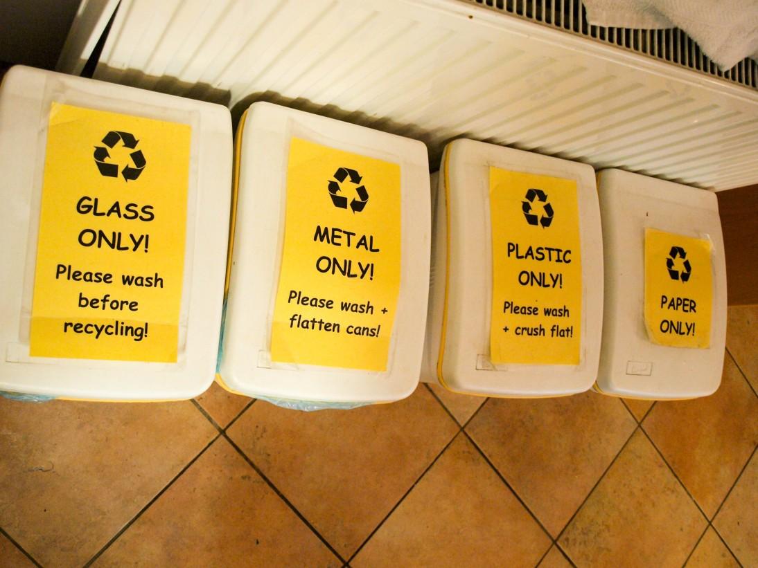 Segregowanie odpadów w hostelu - to powinno być normą