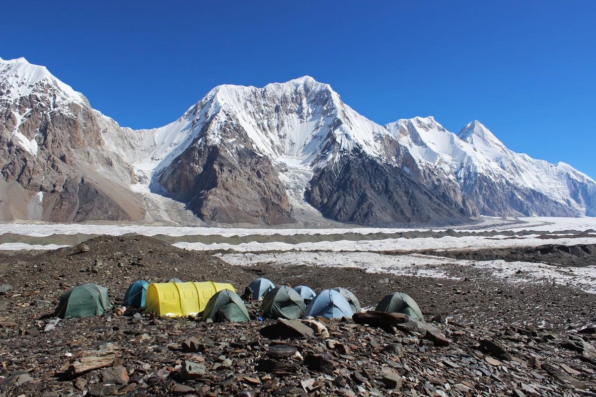 Widok na Pik Czapajewa (6371 m) i Chan Tengri (7010 m) z obozu Dziki