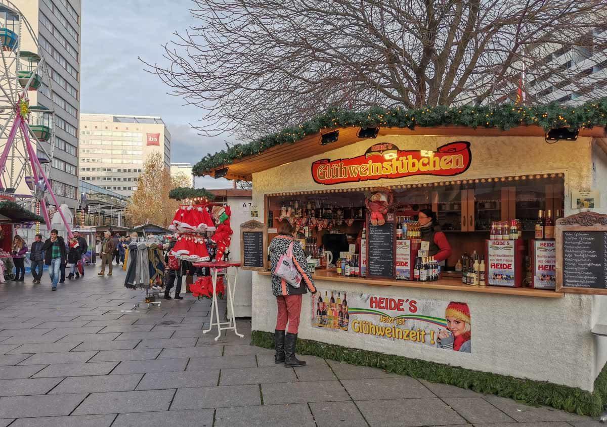 Jarmark świąteczny w pobliżu dworca głównego