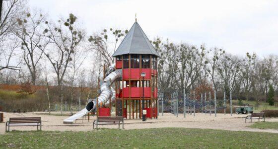 Kępa Potocka: plac zabaw w cieniu i drugi, dla wyczynowców.
